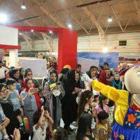 تصاویر شادی و فعالیت کودکان در غرفه آی مت، برپا شده در نمایشگاه کودک و نوجوان
